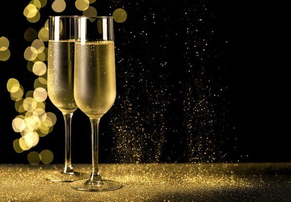 tacas-de-champanhe-com-luzes-bokeh_23-2148761511